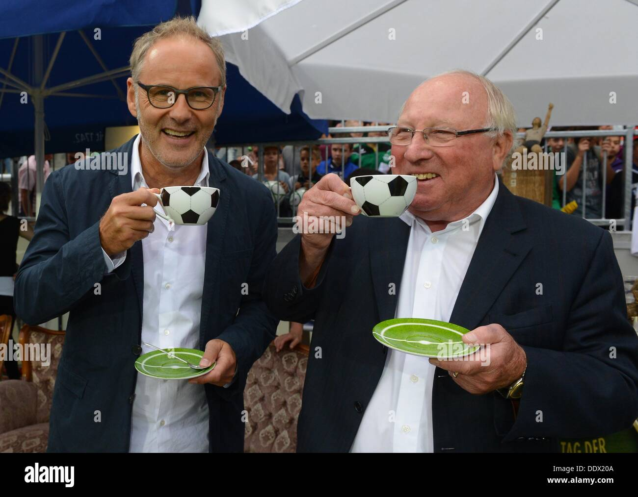 TV presenter and initiator Reinhold Beckmann (L) and Uwe Seeler drink coffee during the Day of Legends 2013 soccer match at Millerntor-Stadion in Hamburg, Germany, 08 September 2013. The ninth 'Day of Legends', in which former professional football players compete against each other, benefits youth projects in Hamburg.  benefit. Photo:  MARCUS BRANDT - Stock Image