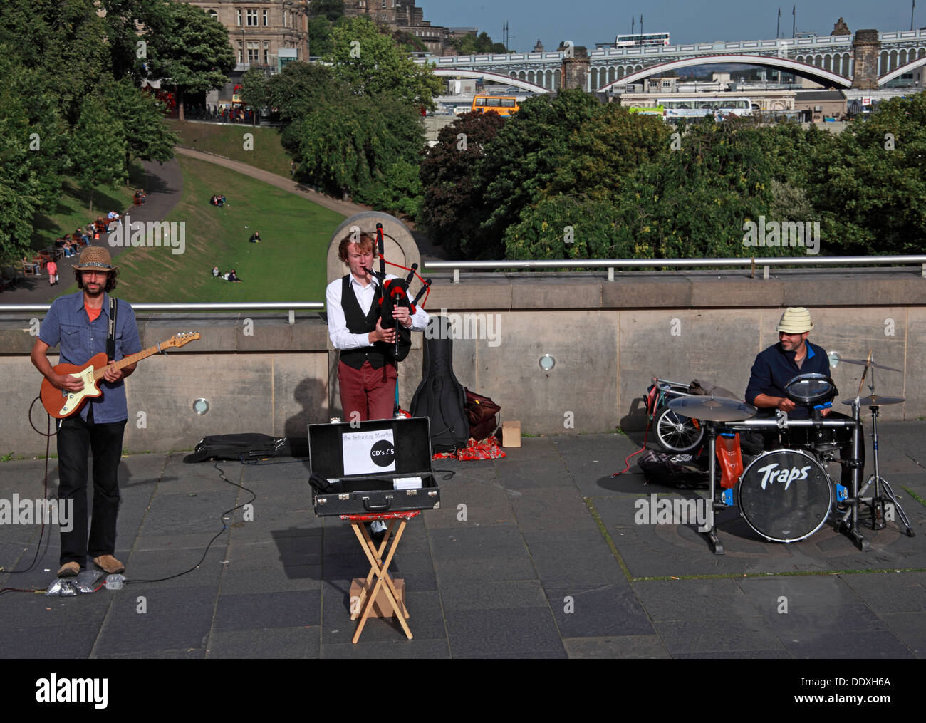 Buskers in Edinburgh near National Gallery , Princes St, Edinburgh, Scotland, EH2 2EL , EH2 - Stock Image