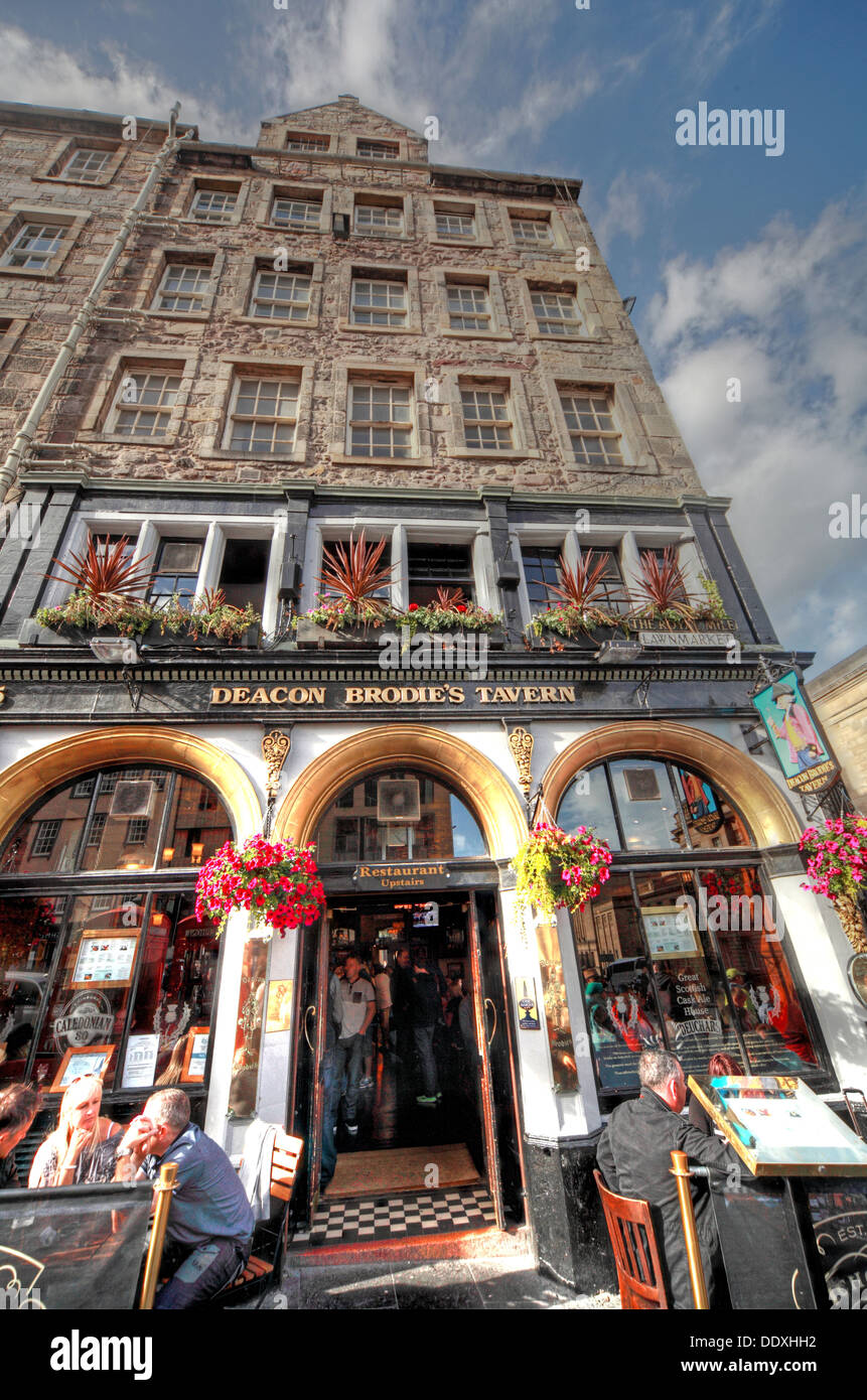 Deacon Brodies Tavern, Royal Mile, EDN, Edinburgh City, Scotland, UK - with drinkers - Stock Image