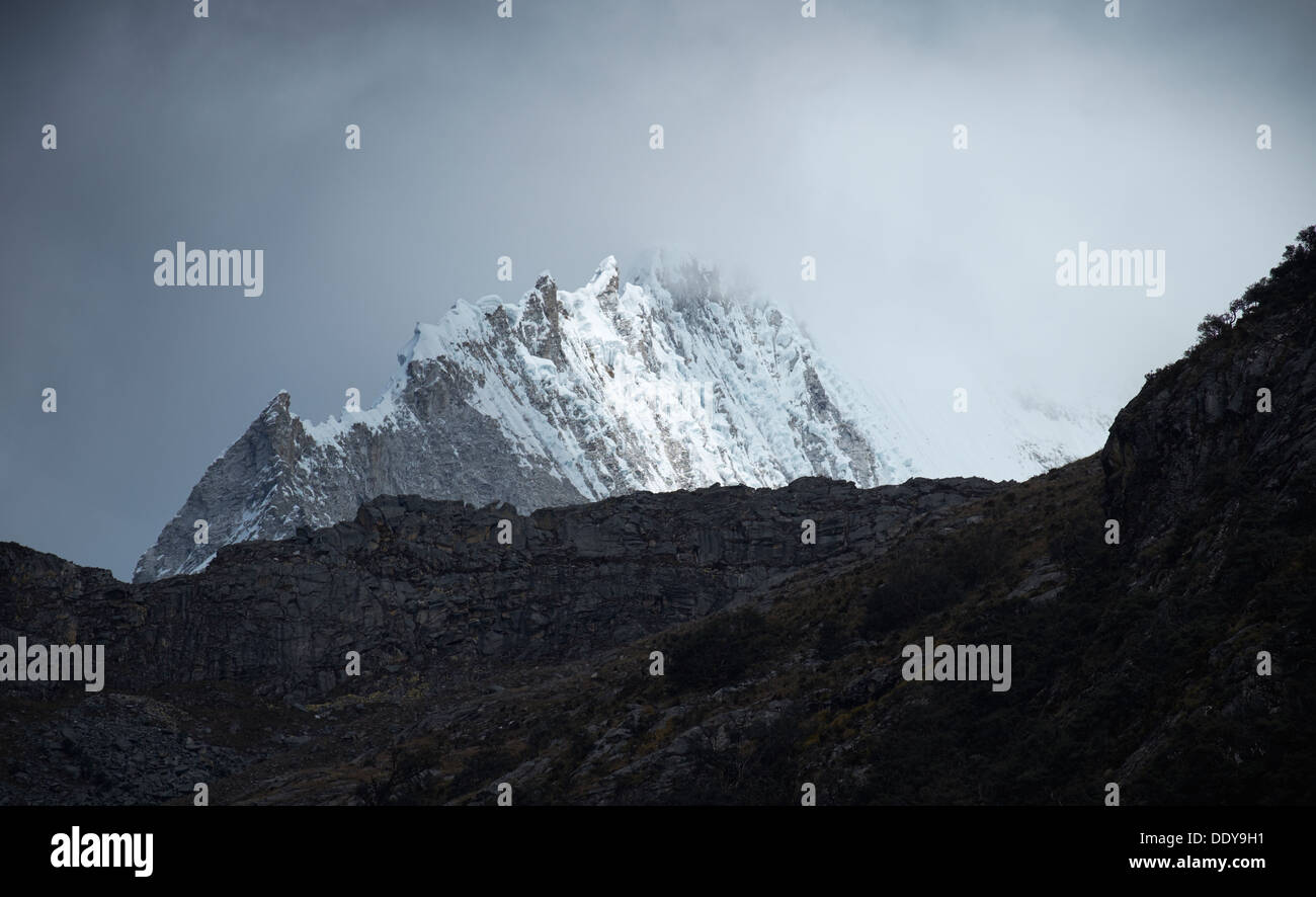 Summit ridge of Huandoy Sur in the Huascarán National Park, Peruvian Andes. - Stock Image