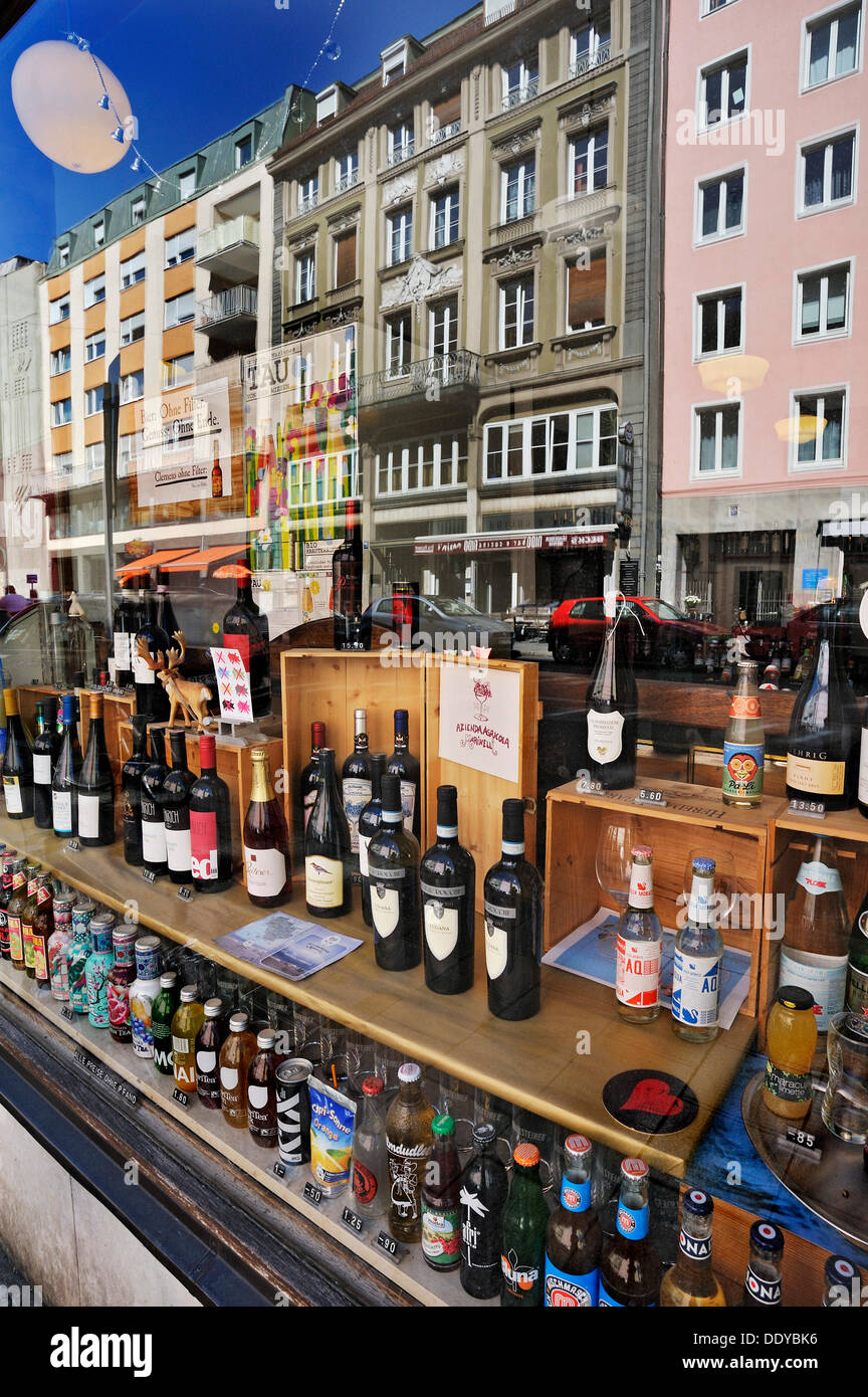 Display window with various wines, Maxvorstadt, Munich, Bavaria - Stock Image