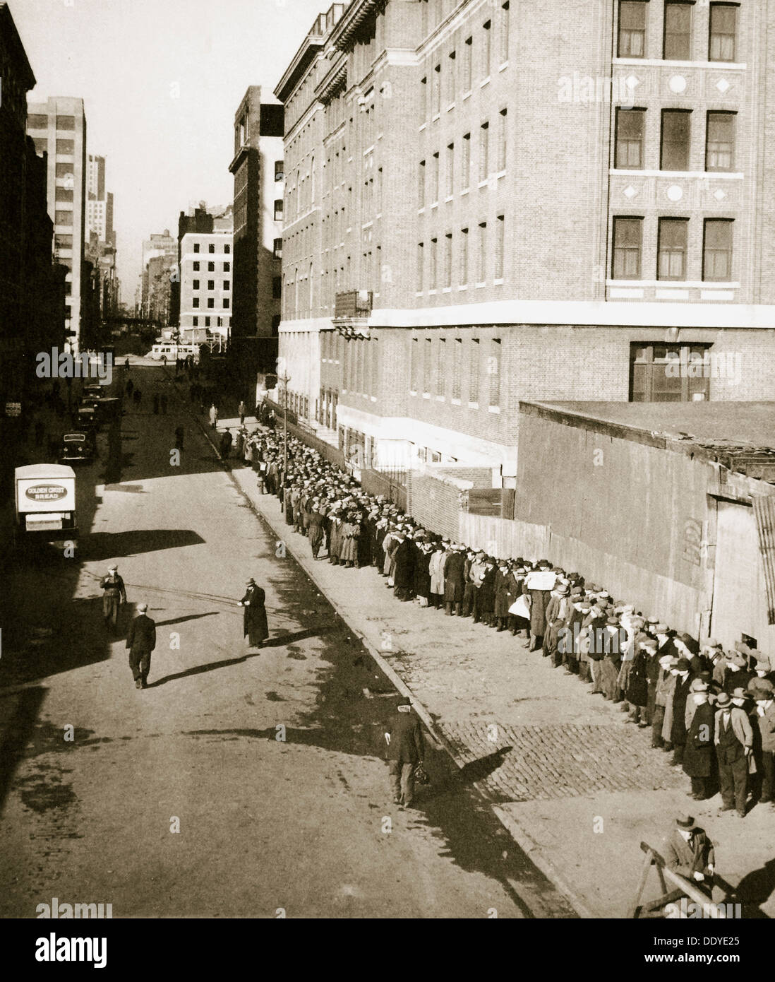 The breadline, a visible sign of poverty during the Great Depression, USA, 1930s Artist: Unknown - Stock Image