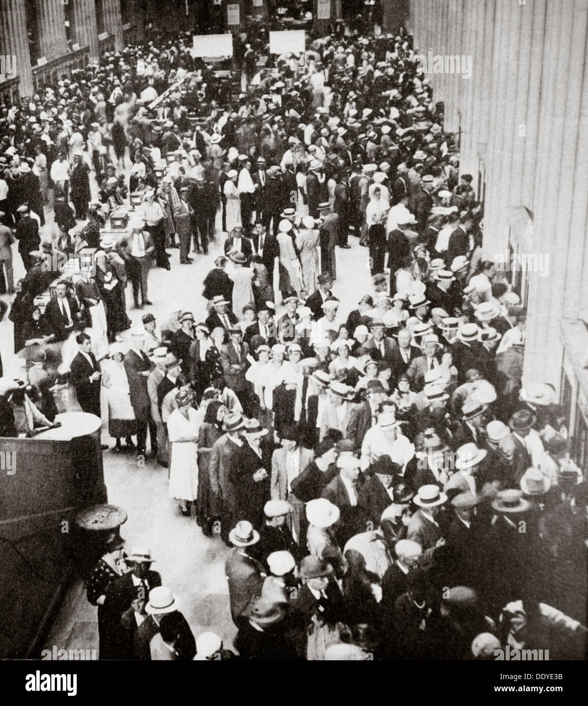 Depositors of the Union Trust Company, Cleveland, Ohio, USA, Great Depression, July 1933. Artist: Unknown - Stock Image
