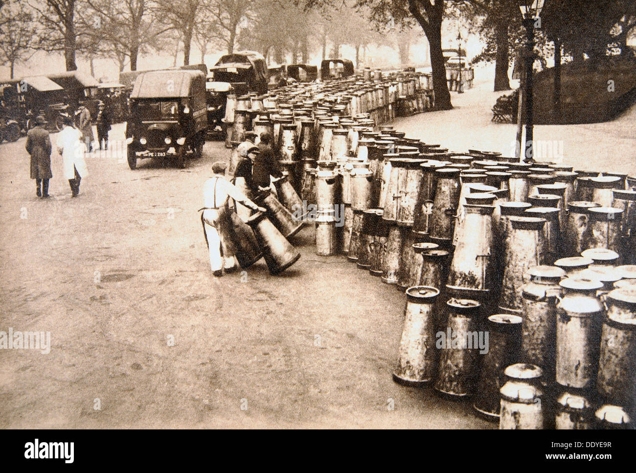 Milk churns being delivered to Hyde Park, London, during the General Strike, 8 May 1926. Artist: Unknown - Stock Image