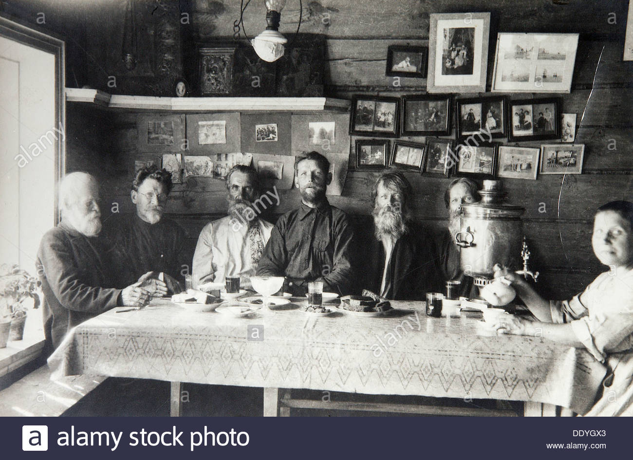 Mikhail Kalinin, Soviet politician, with peasants in his village, Russia, 1920. Artist: Pyotr Otsup - Stock Image