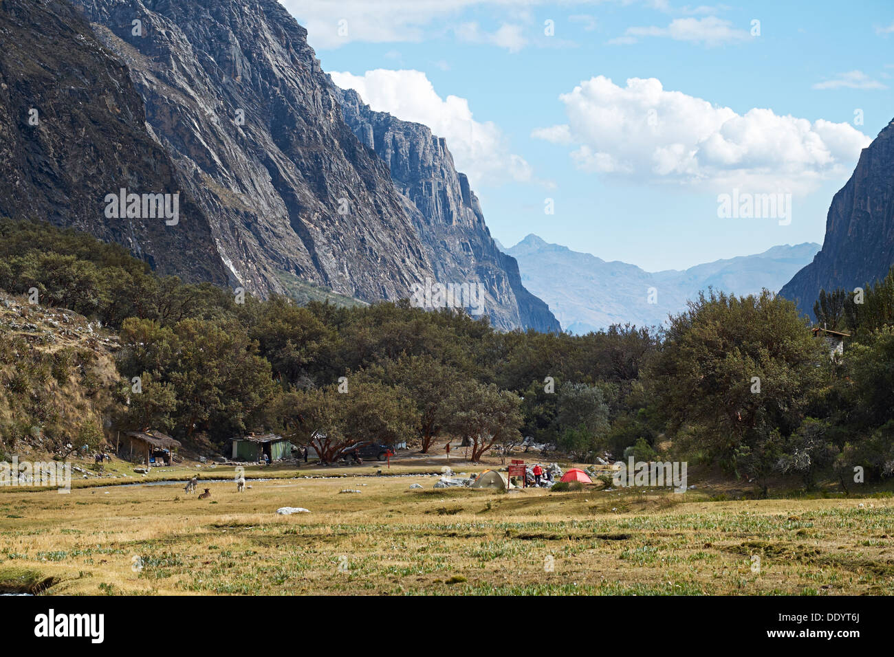 Pisco valley campsite in the Huascarán National Park, Peruvian Andes. - Stock Image