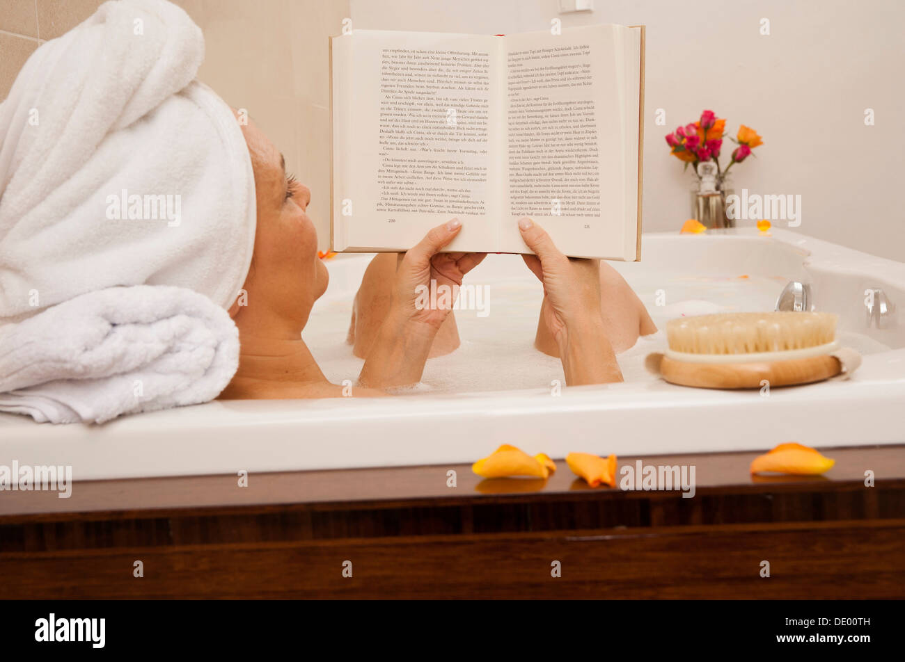 Woman taking a bath and reading a book Stock Photo: 60236977 - Alamy
