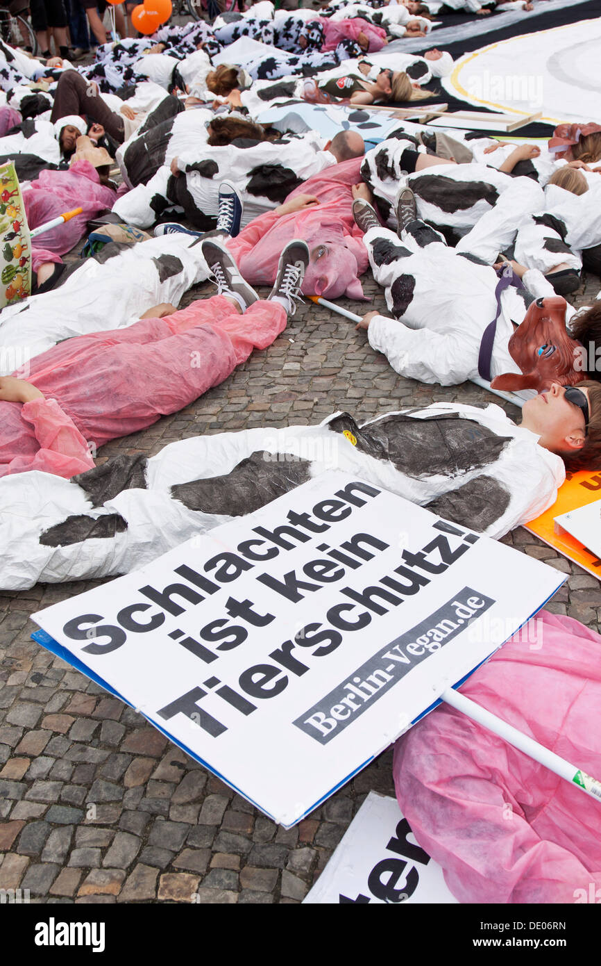 Protestors wearing cow and pig costumes, Veggie Parade, themed 'Eat Peace', vegans, vegetarians, 'Schlachten ist kein - Stock Image