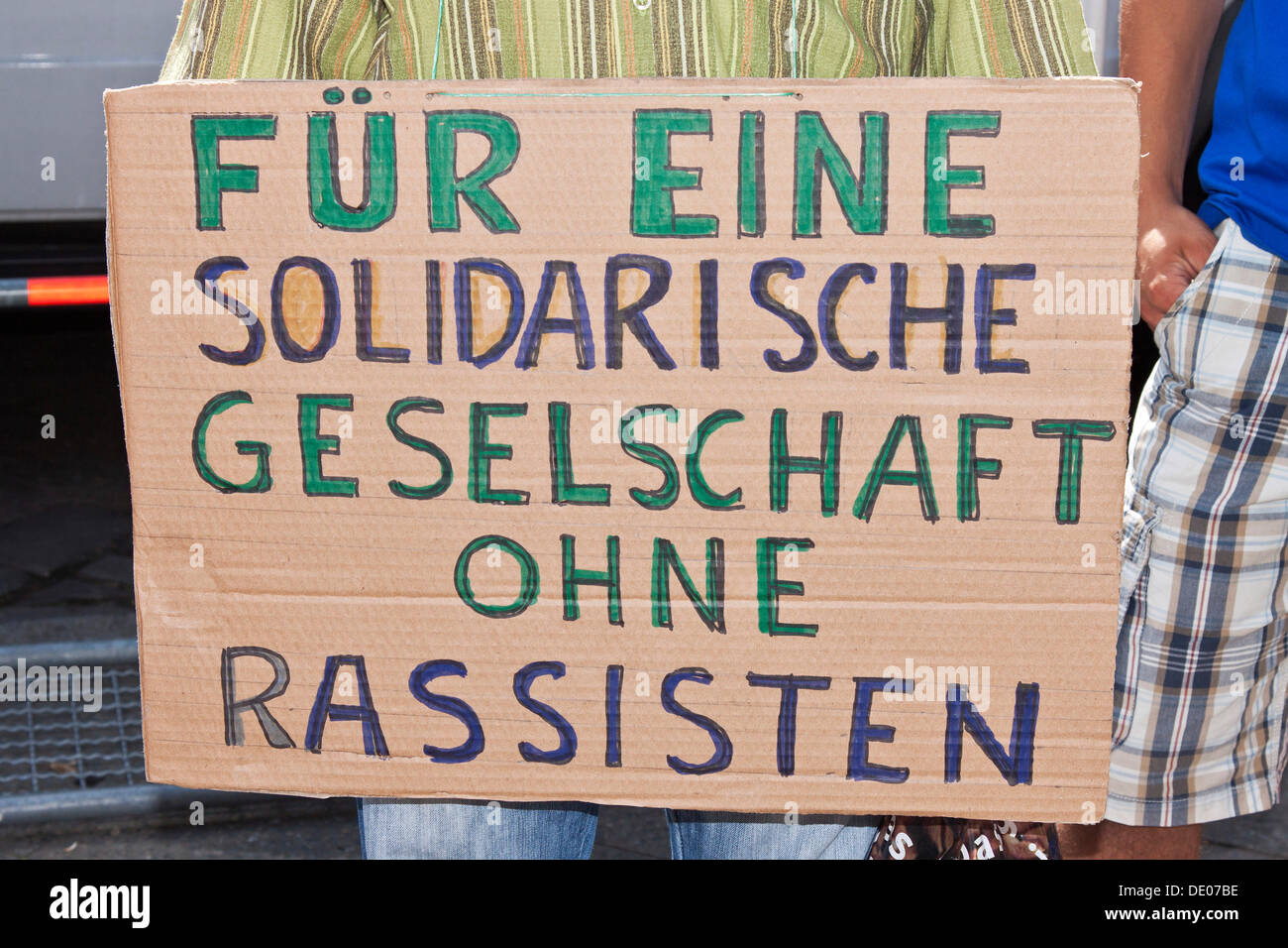 Sign 'Fue eine solidarische Gesellschaft ohne Rassisten', German for 'for a community in solidarity without racists', Left - Stock Image