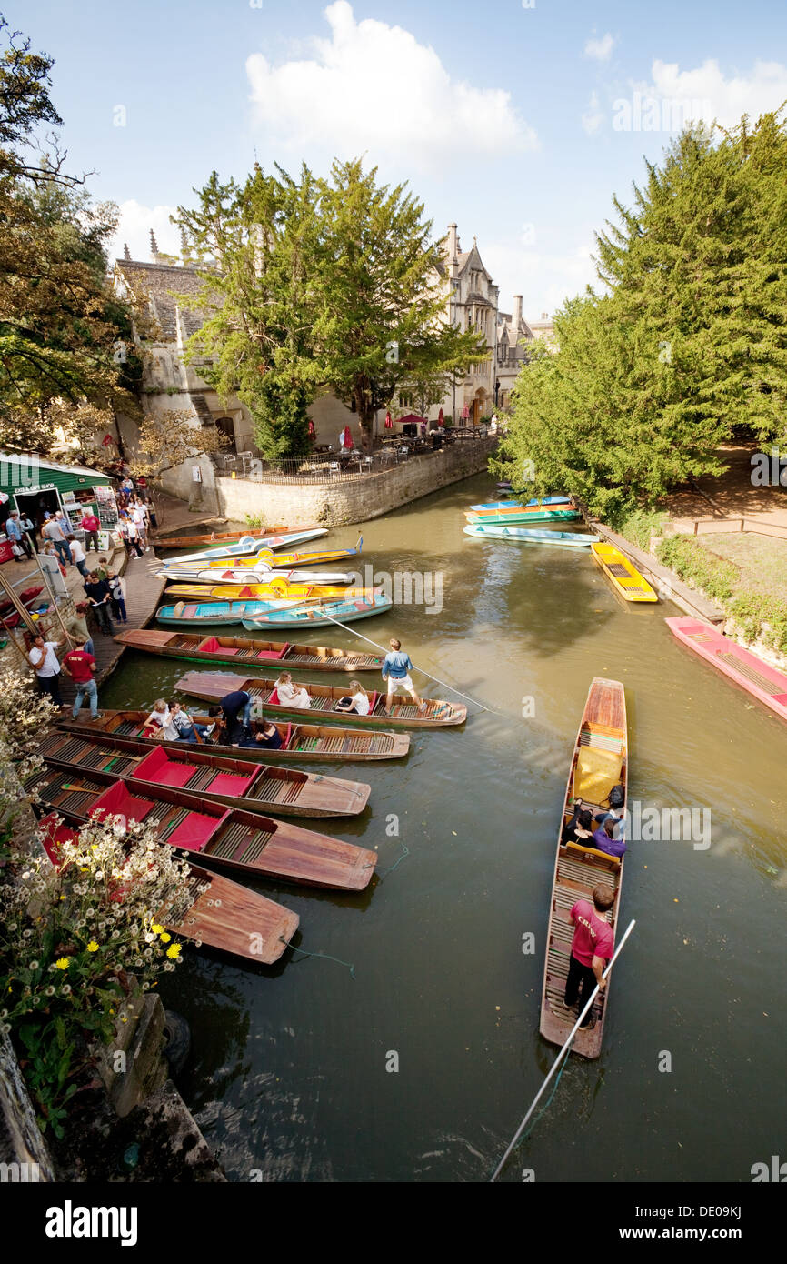 Oxford punting - punts for hire in summer at Magdalen Bridge, Oxford, UK - Stock Image