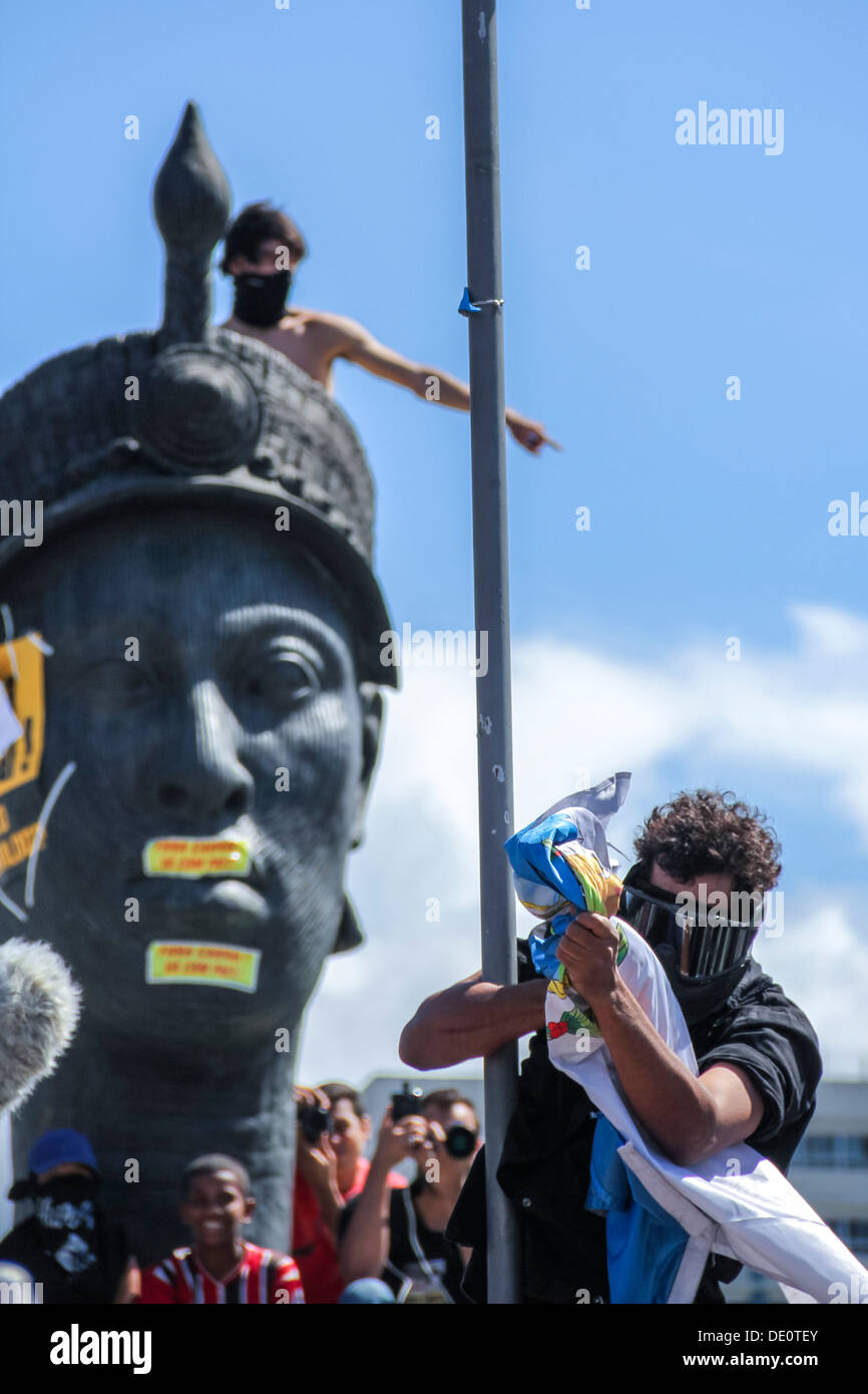 Protest - Black Bloc rips the flag of the State of Rio de Janeiro, during the commemoration of the Independence of Brazil - Stock Image
