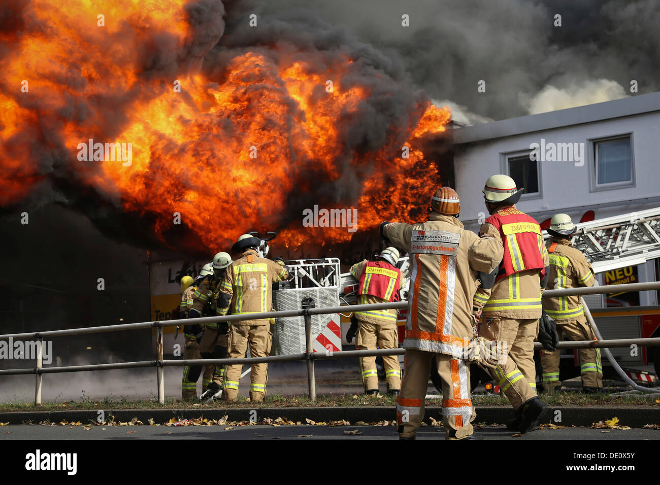 More than 140 firefighters extinguishing a burning carpet warehouse in Berlin-Reinickendorf, Berlin - Stock Image
