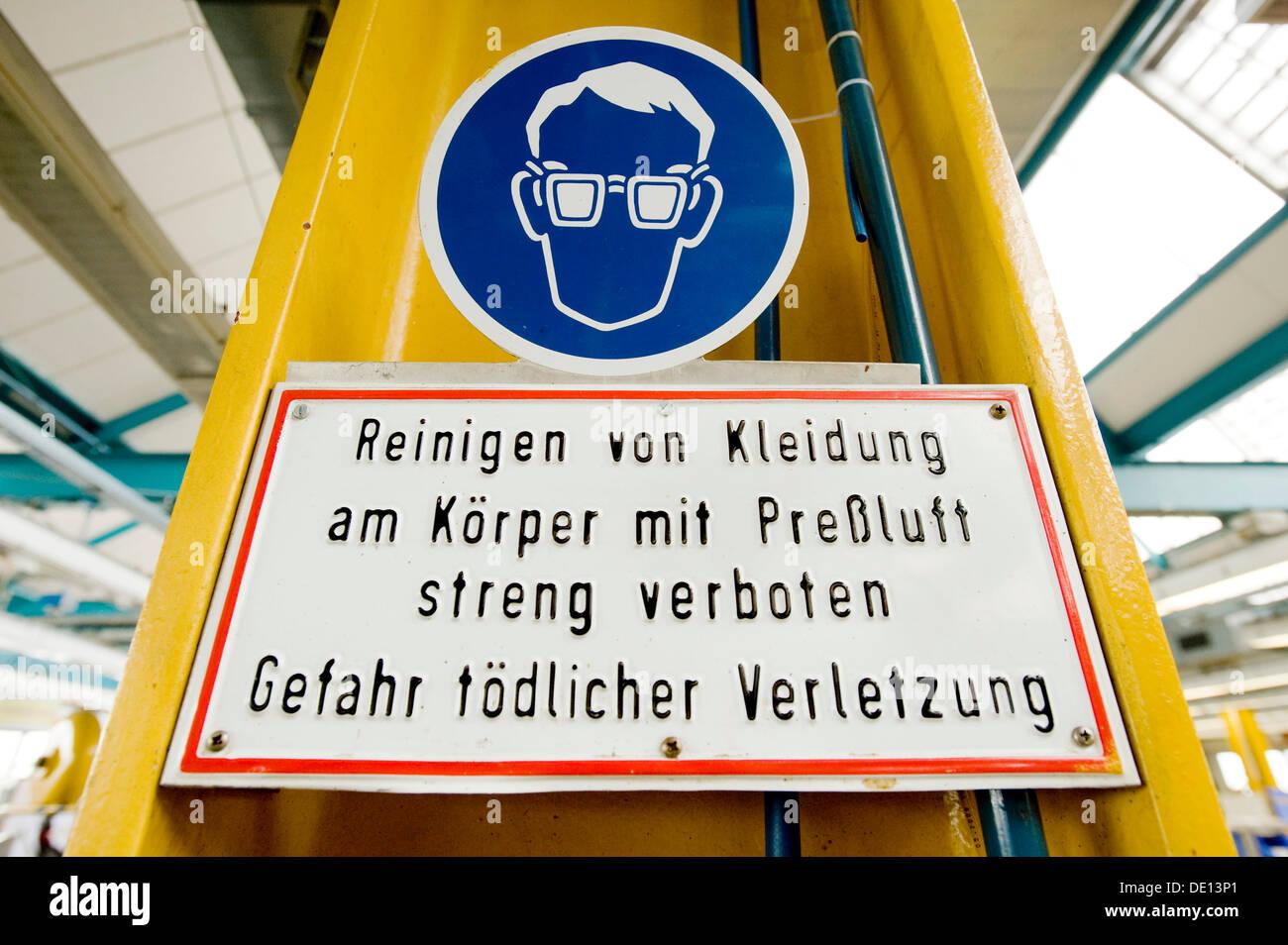 Eye protection sign, Reinigen von Kleidung am Koerper mit Pressluft streng verboten, Gefahr toedlicher Verletzung, German for - Stock Image