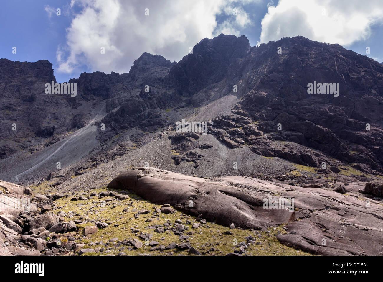 Black Cuillin mountain ridge, Coire Lagan, Glenbrittle, Isle of Skye, Scotland, UK - Stock Image