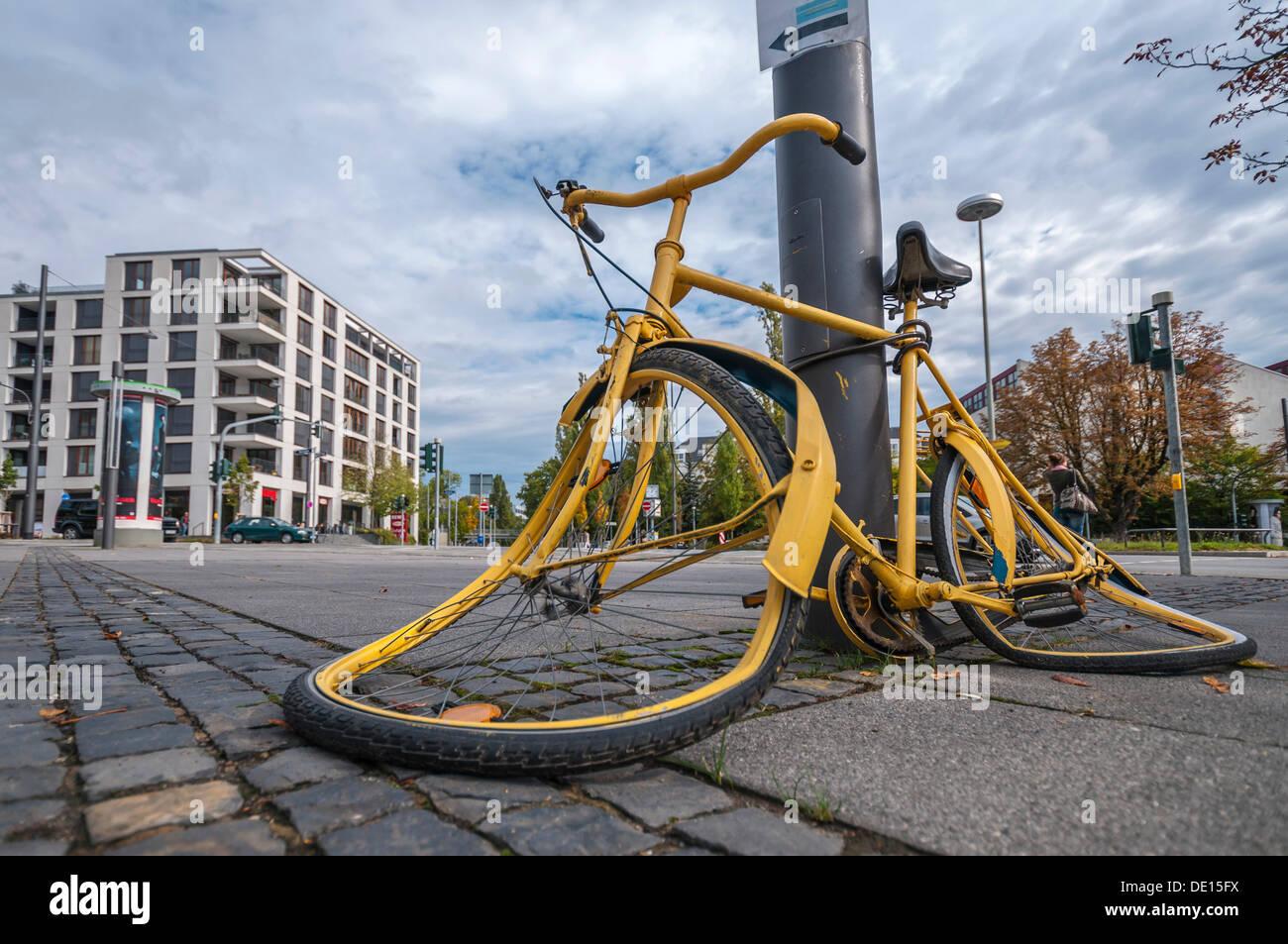 Vandalised bicycle, vandalism, Frankfurt am Main, Hesse, PublicGround - Stock Image