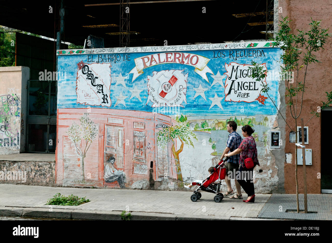 Family passing painted house, Palermo Viejo district, Buenos Aires, Argentina, South America - Stock Image