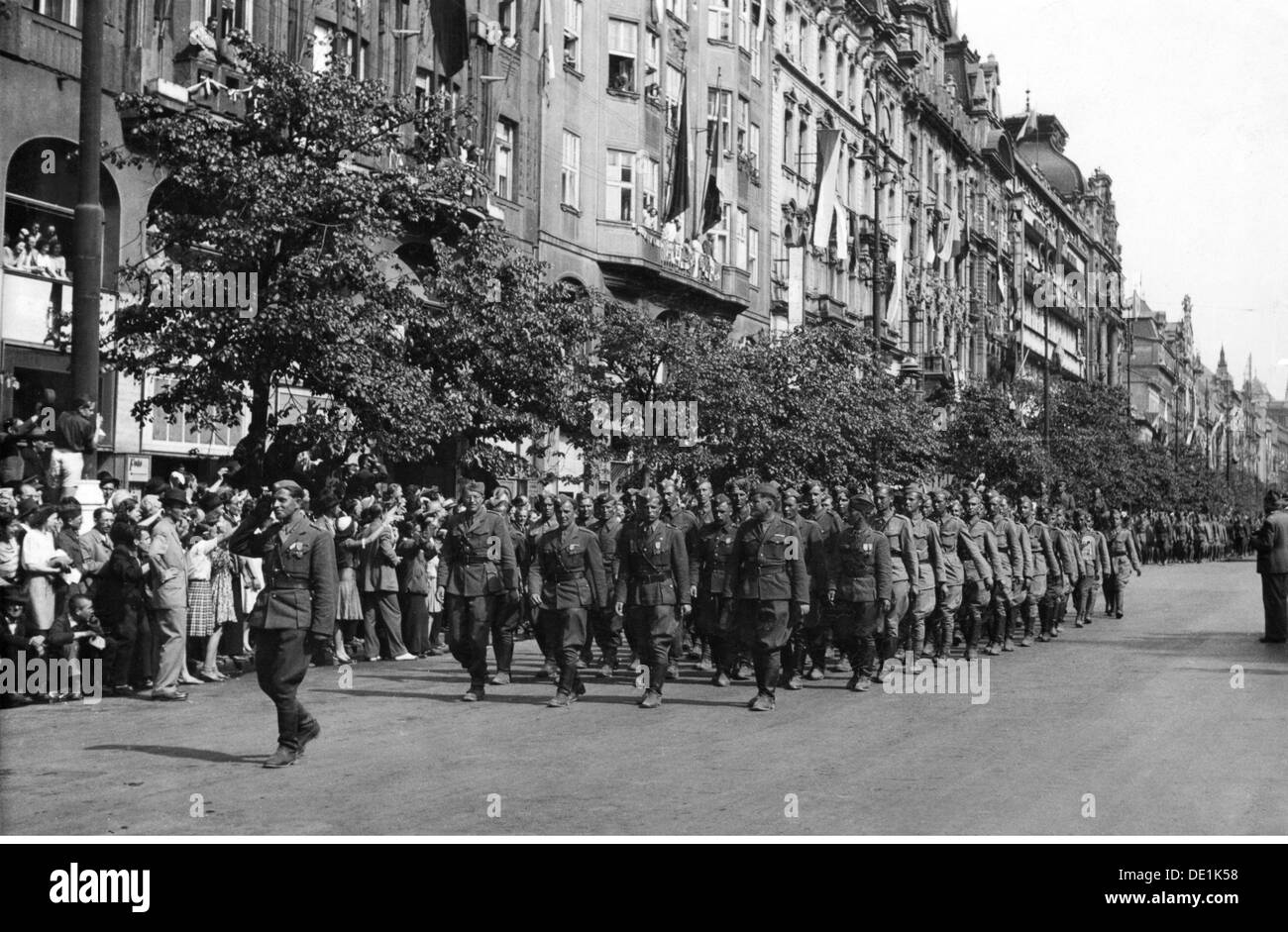 Second World War / WWII, Czechoslovakia, Prague Uprising, May 1945, victory parade, unit of the Czechoslovakian exile army, 17.5.1945, 20th century, 1940s, 40s, Czechia, Czech Republic, resistance, Red Army, military, soldiers, soldier, half length, march, marching, uniform, uniforms, military parade, street, streets, victory, victories, liberation, liberations, liberator, liberators, entry, marching in, crowd, crowds, crowds of people, military review, world war, world wars, uprising, rising, uprisings, Prague, Praha, unit, units, historic, historical, people, Additional-Rights-Clearences-NA - Stock Image