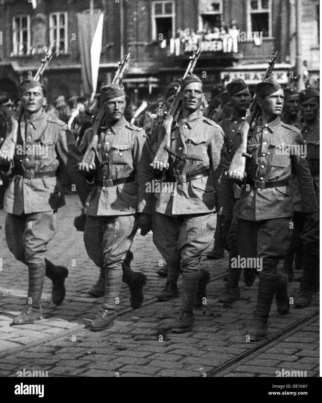 Second World War / WWII, Czechoslovakia, Prague Uprising, May 1945, victory parade, soldiers of the Czechoslovakian exile army, 17.5.1945, 20th century, 1940s, 40s, Czechia, Czech Republic, resistance, Red Army, military, soldiers, soldier, full length, march, marching, uniform, uniforms, weapon, weapons, arms, rifle, gun, rifles, guns, gaiter, puttee, gaiters, puttees, military parade, street, streets, victory, victories, liberation, liberations, liberator, liberators, military review, world war, world wars, uprising, rising, uprisings, Prague, Praha, historic, Additional-Rights-Clearences-NA - Stock Image