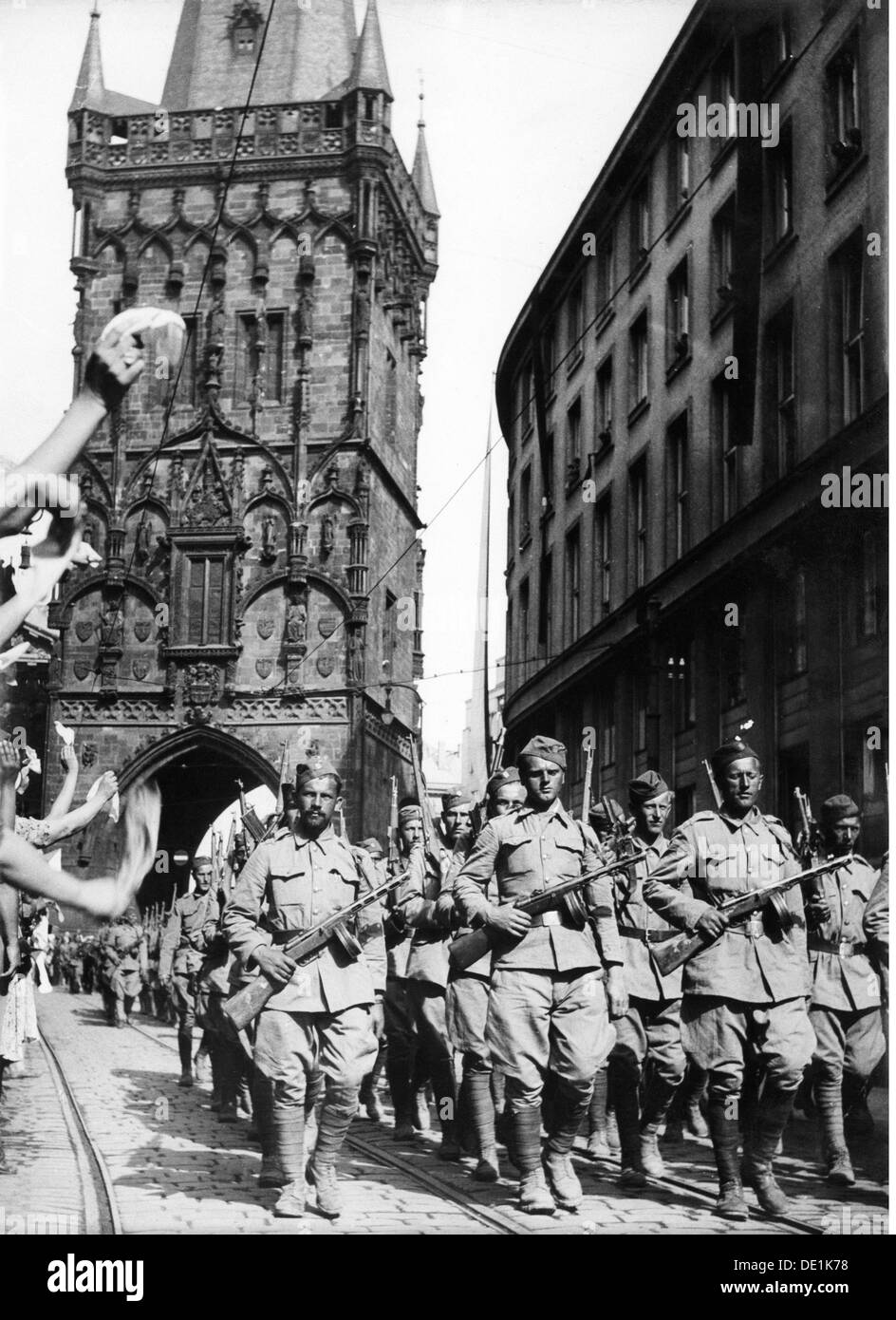 Second World War / WWII, Czechoslovakia, Prague Uprising, May 1945, victory parade, soldiers of the Czechoslovakian exile army, Charles Bridge, 17.5.1945, 20th century, 1940s, 40s, Czechia, Czech Republic, resistance, Red Army, military, soldiers, soldier, half length, march, marching, uniform, uniforms, weapon, weapons, arms, sub-machine gun, sub-machine guns, grease gun, PPSch-41, gaiter, puttee, gaiters, puttees, military parade, street, streets, victory, victories, liberation, liberations, liberator, liberators, military review, world war, world wars, upris, Additional-Rights-Clearences-NA - Stock Image