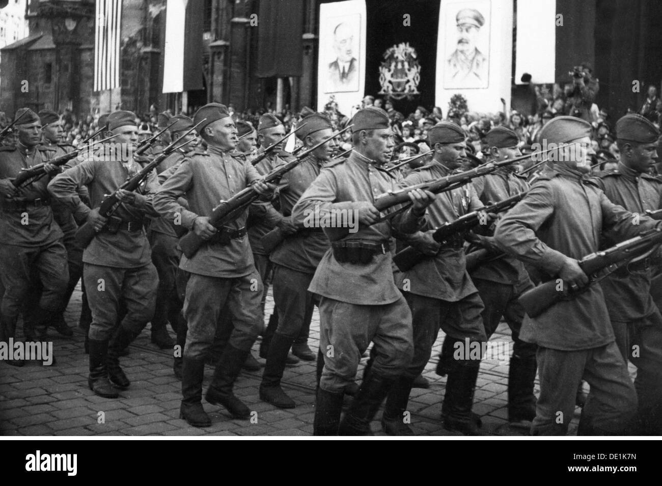Second World War / WWII, Czechoslovakia, Prague Uprising, May 1945, victory parade, soldiers of the soviet army marching past the VIP stand, Wenceslas Square, 17.5.1945, 20th century, 1940s, 40s, Czechia, Czech Republic, resistance, Red Army, military, soldiers, soldier, USSR, Union of Socialist Soviet Republics, Soviet Union, half length, march, marching, uniform, uniforms, weapon, weapons, arms, rifle, gun, rifles, guns, bayonet, bayonets, military parade, square, squares, victory, victories, liberation, liberations, liberator, liberators, military review, wo, Additional-Rights-Clearences-NA - Stock Image