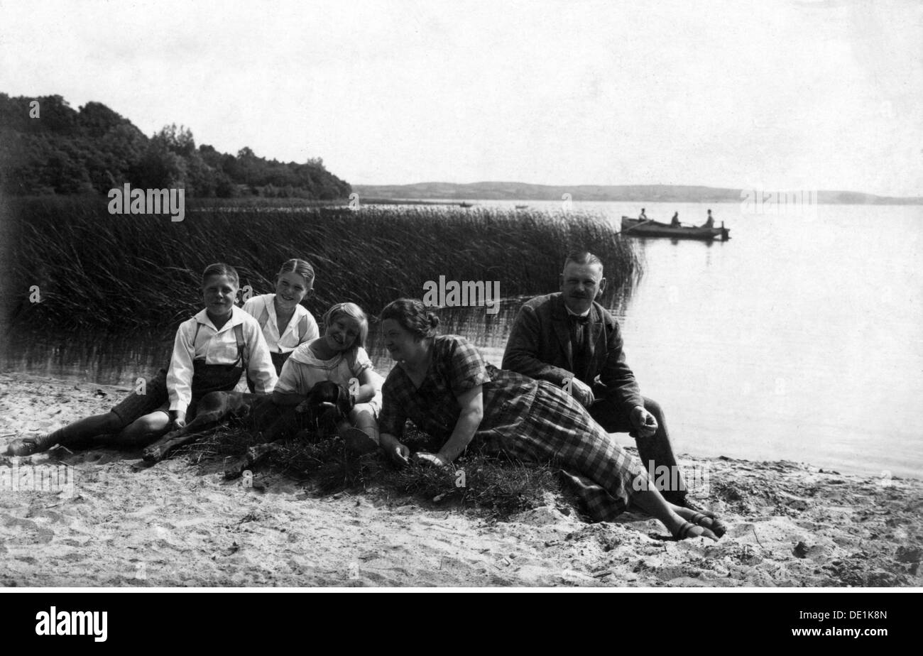 leisure time, family relaxing on lakefront, 1920s, Additional-Rights-Clearences-NA - Stock Image