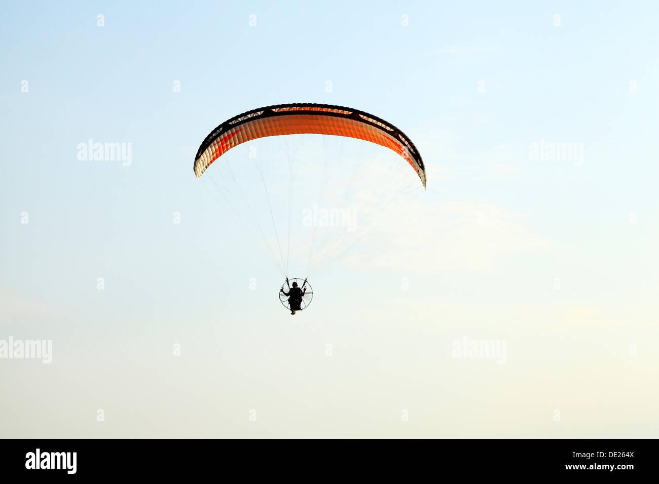 Hang Glider man hang gliding flying parachute leisure activity UK gliders - Stock Image
