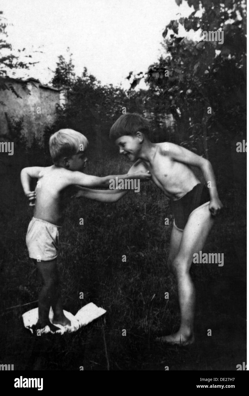 people, child / children, siblings, brothers boxing playfully, 1920s