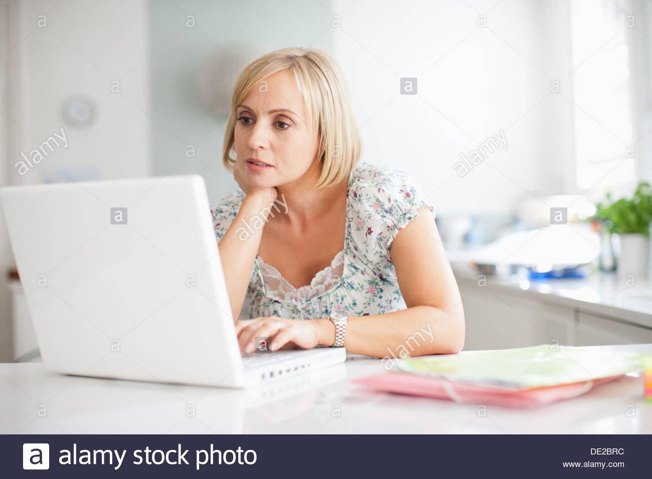 Woman using laptop - Stock Image
