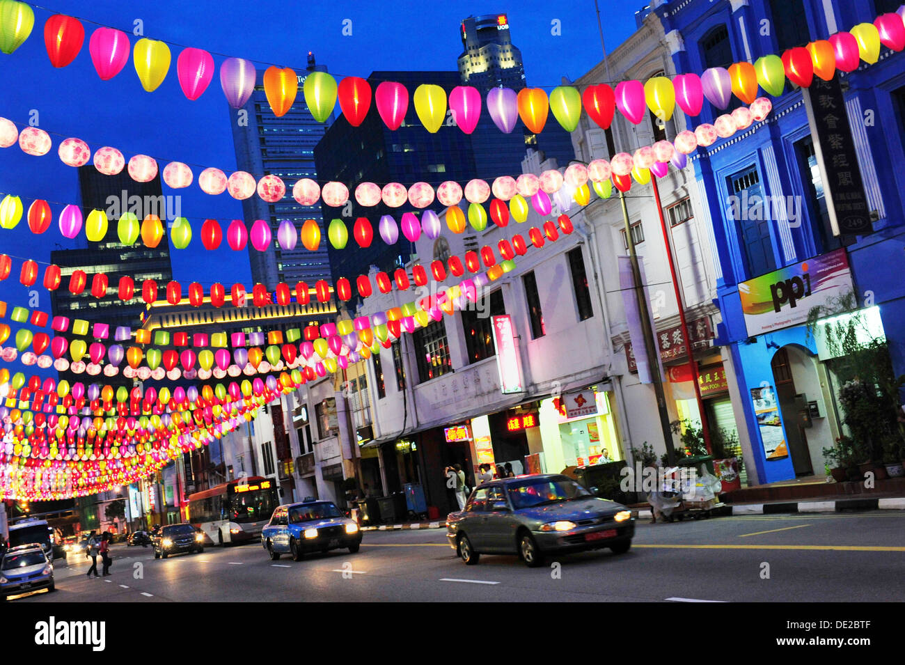 Singapore Chinatown Mid Autumn Festival Festive Street Light Up At Stock Photo Alamy