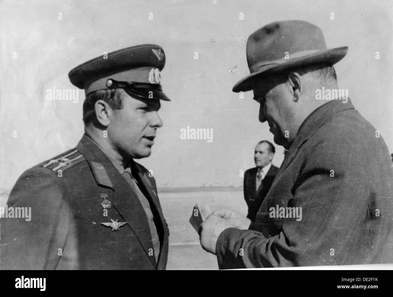 Russian cosmonaut Yuri Gagarin and rocket engineer Sergey Korolyov, 1961. - Stock Image
