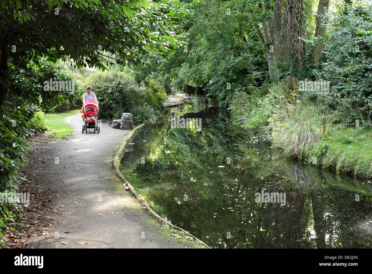 New River Walk, a footpath route between Canonbury Road and St Paul's Road, Canonbury, North London - Stock Image