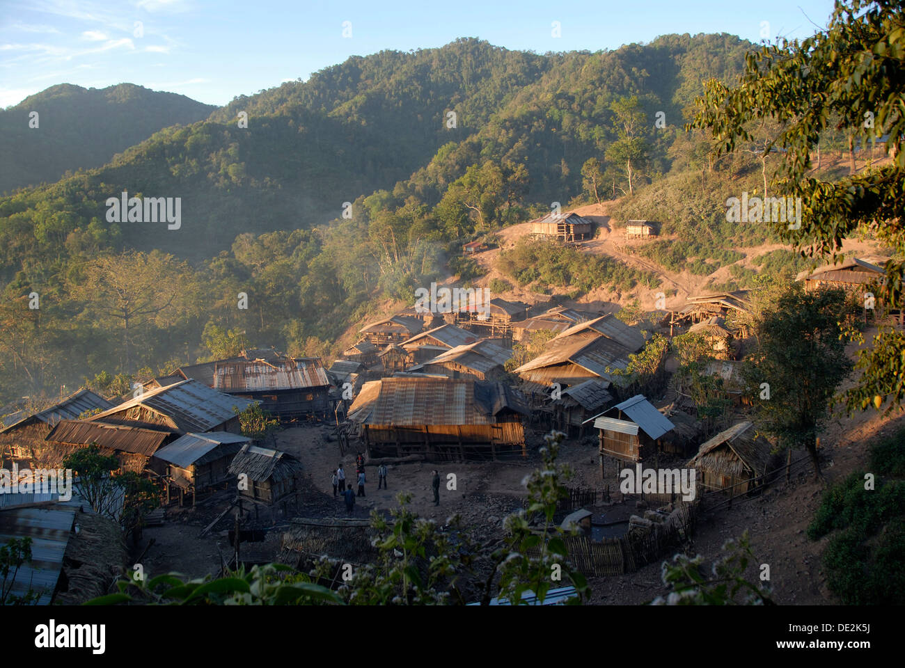 Huts with corrugated iron roofs of the Akha Phixor ethnic group in the mountains, Ban Moxoxang village Stock Photo