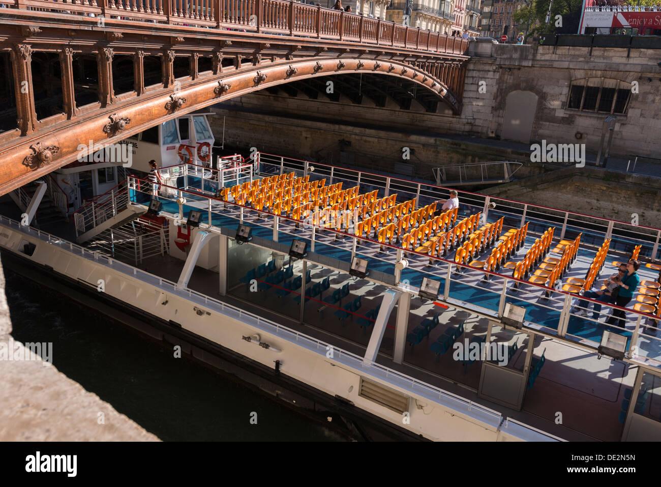 Tourist boat ('bateau mouche') on the River Seine passes under Pont au Double - Stock Image