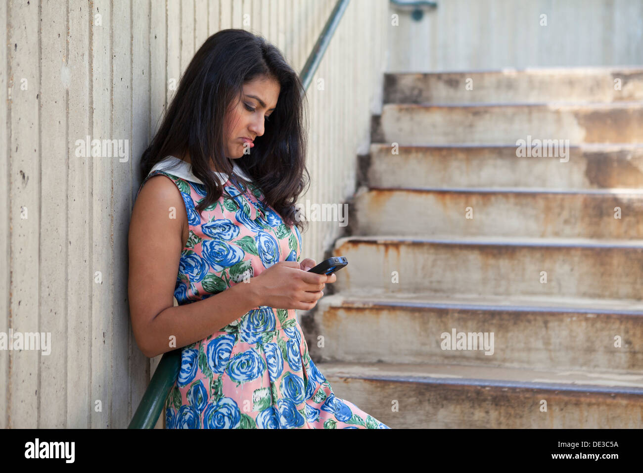 Woman looking at cell phone - Stock Image