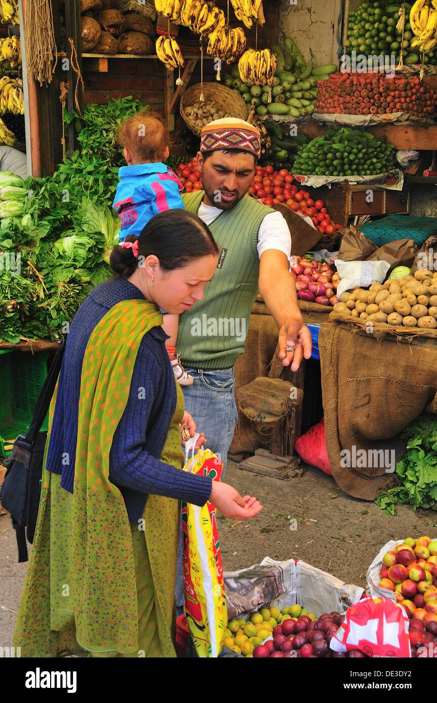 Family shopping at the market. Manali, Himachal Pradesh, India - Stock Image