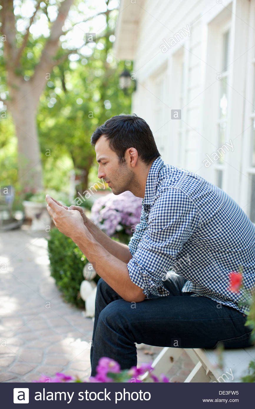 Man using cell phone - Stock Image
