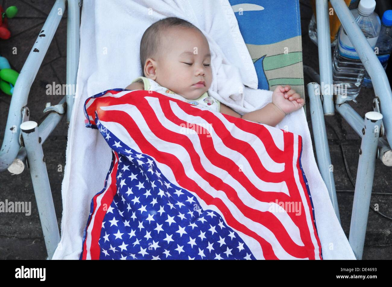 007b90385 Bangkok (Thailand): baby sleeping covered with an American flag at Khao San  Road