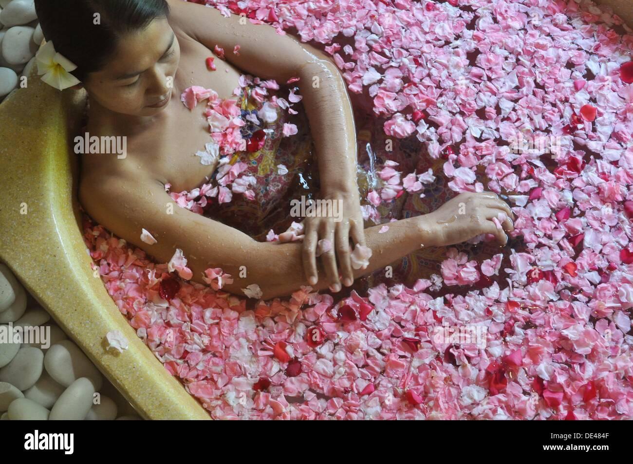 Ubud (Bali, Indonesia): bath between flowers at the Ubud Hanging Gardens Hotel´s Ayung Spa - Stock Image