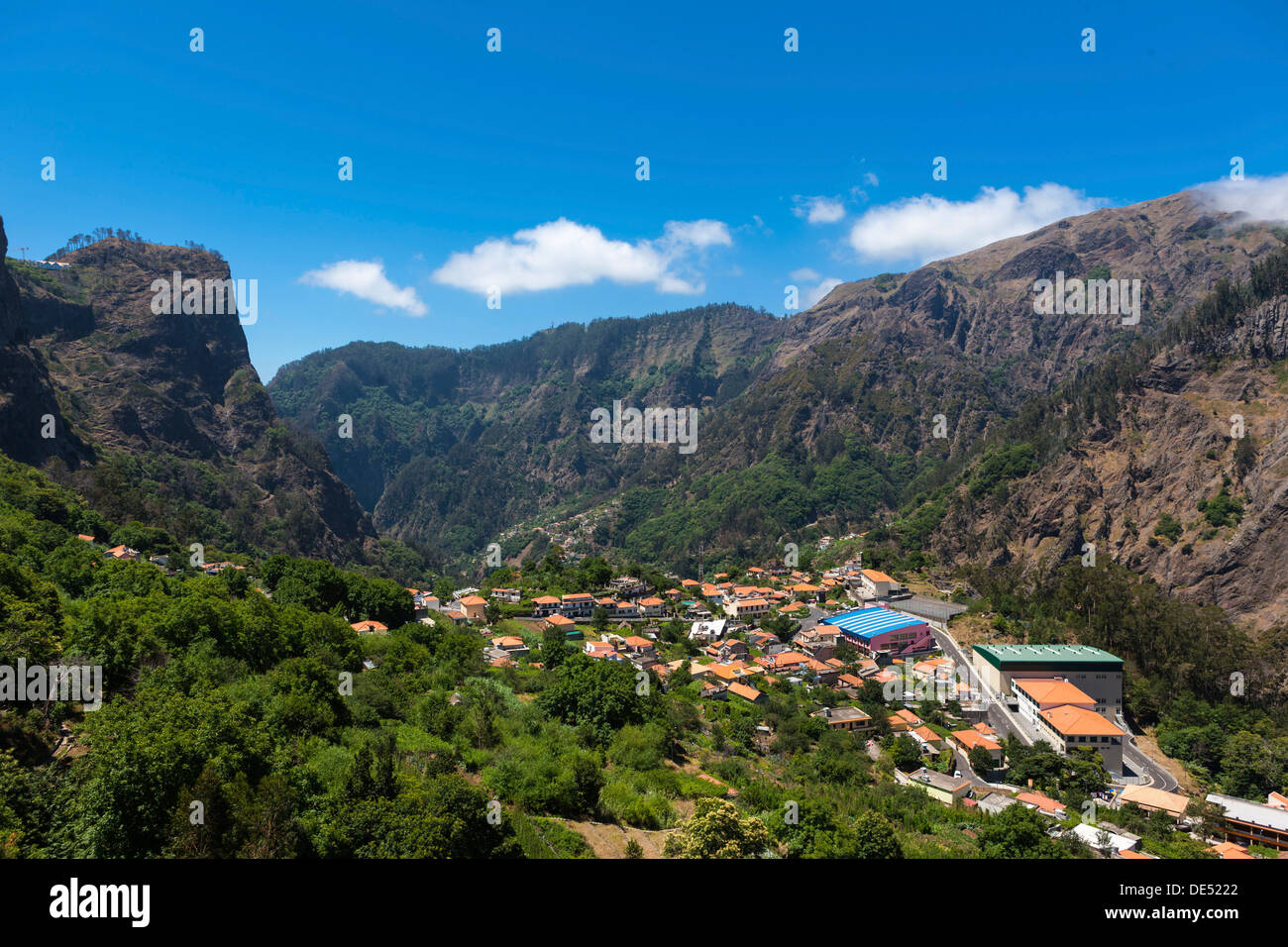 Village of Curral das Freiras in the mountains of Pico dos Barcelos, with its deep ravines, Funchal Pico dos Barcelos - Stock Image