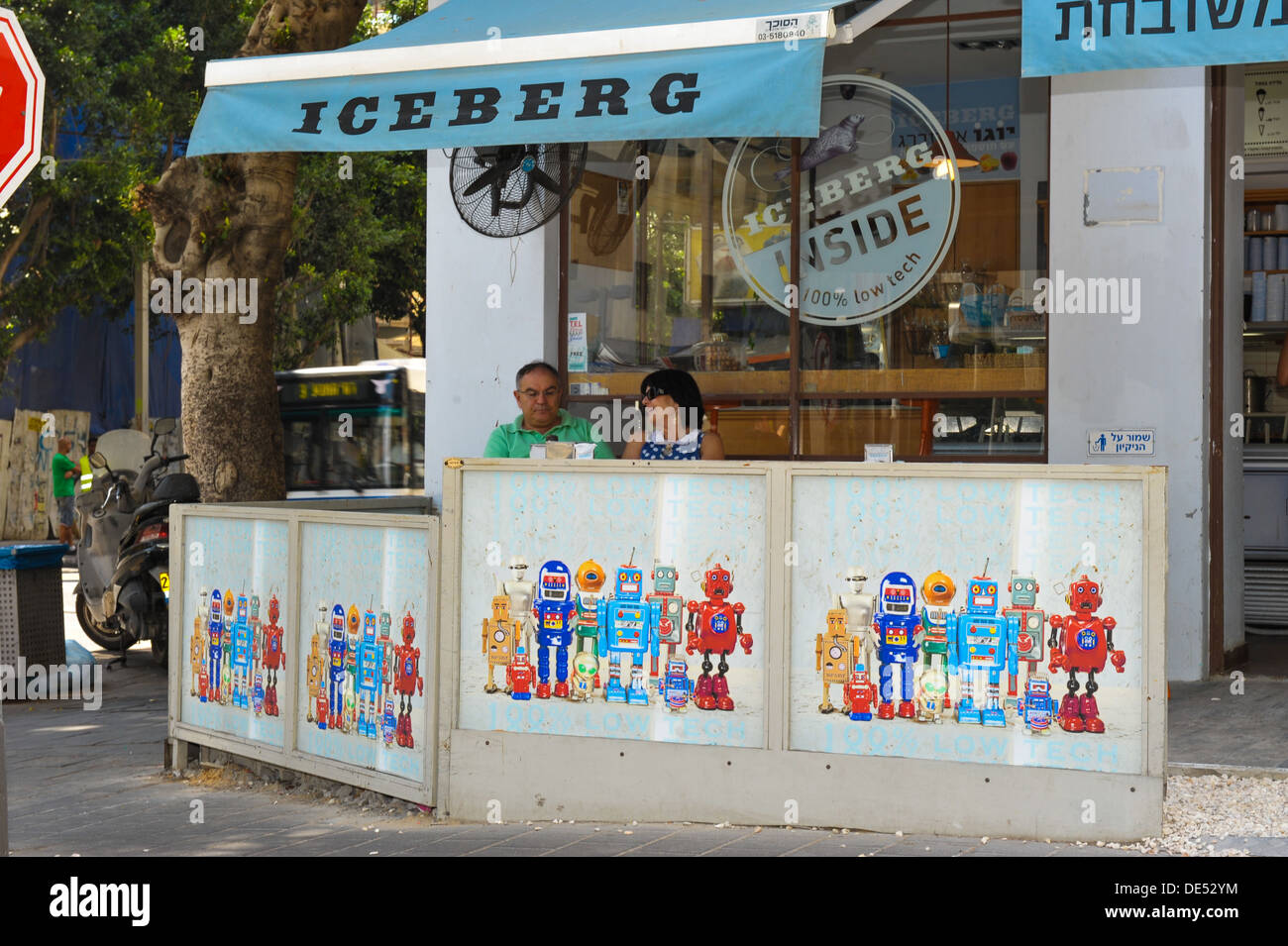 A couple is enjoying an ice-cream and coffee at an ice cream parlor in Rothschild Boulevard, Tel Aviv, Israel - Stock Image