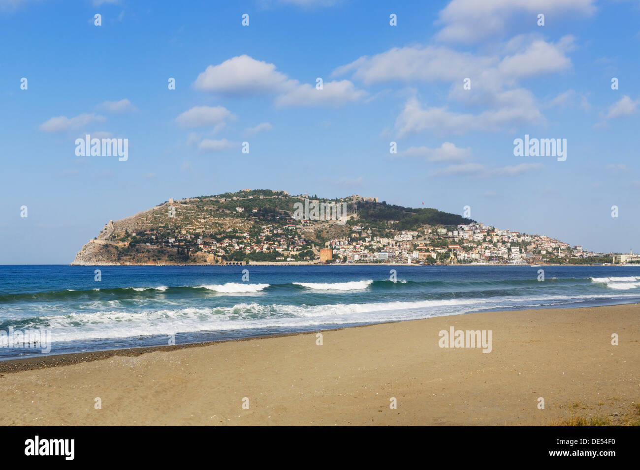 Keykobat beach with the hill of Alanya Castle and the town of Alanya, Alanya, Turkish Riviera, Province of Antalya - Stock Image