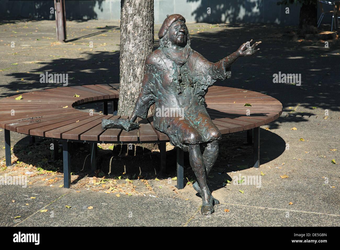 Bronzeskulptur der Schauspielerin Tana Schanzara von Karl Ulrich Nuss am Hans-Schalla-Platz vor dem Schaupielhaus Bochum, Ruhrgebiet, Nordrhein-Westfa - Stock Image