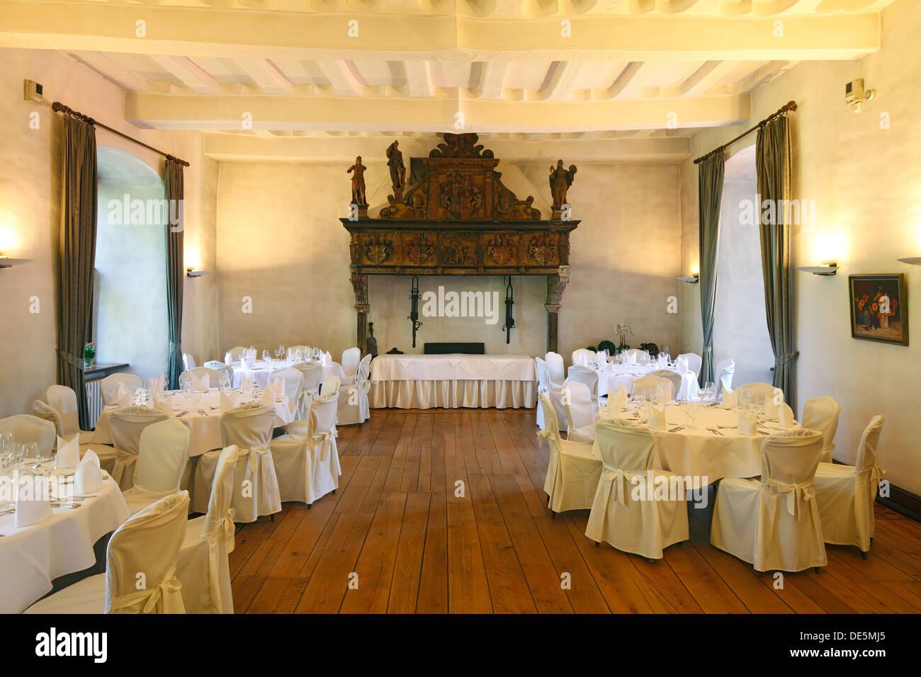 Rittersaal, festlich gedeckte Tische im Restaurant von Wasserschloss Haus Kemnade in Hattingen-Blankenstein, Ruhrgebiet, Stock Photo