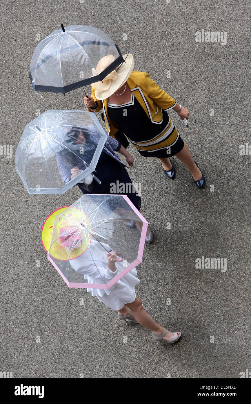 Ascot, UK, elegantly dressed women with umbrella at the races - Stock Image