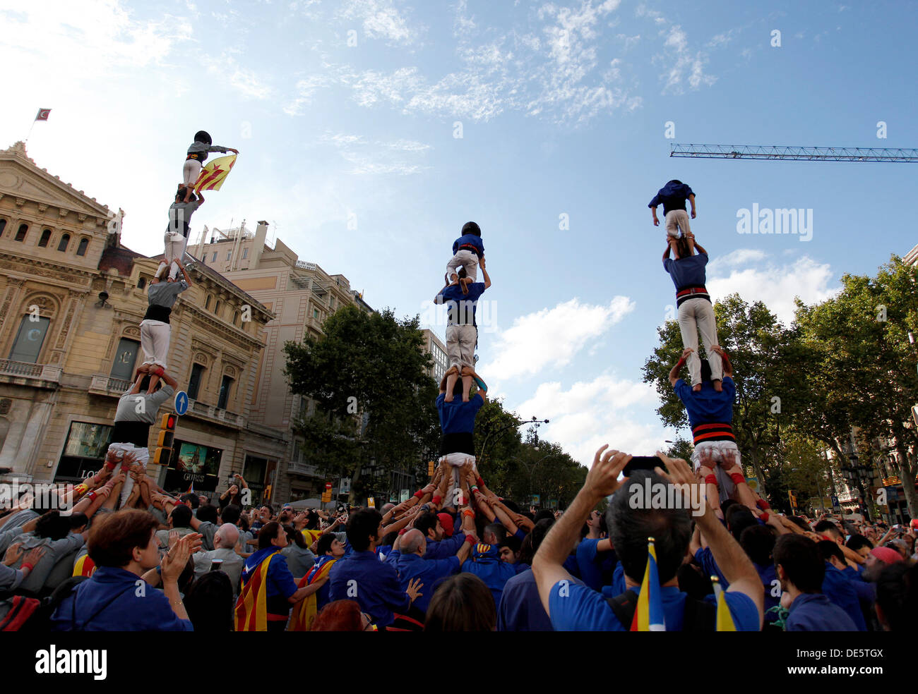 Barcelona, Spain. 11th September 2013. People form a human castle in Barcelona, Spain during The National Day of Catalonia on September 11, 2013 in Barcelona, Spain. The Spanish region of Catalonia has been celebrating its national day known as La Diada amid demonstrations and renewed calls for independence. In an attempt to muster support for secession hundreds of thousands of people have formed a 400km long human chain across the region to press for a vote on independence from Spain. © dpa picture alliance/Alamy Live News - Stock Image