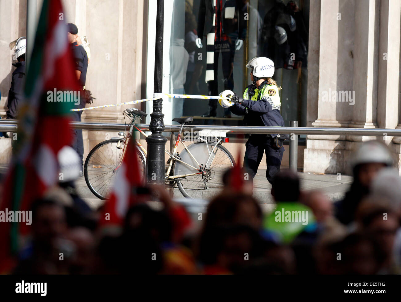 Barcelona, Spain. 11th September 2013. (EXCLUSIVE COVERAGE) Police evict the marchers by independecia of catalunia to alert a parcel bomb in the famous shopping street 'Passeig de Gràcia' Finally, it has been a false bomb alert on September 11, 2013 in Barcelona, ??Spain.  The Spanish region of Catalonia has been celebrating its national day known as La Diada amid demonstrations and renewed calls for independence. In an attempt to muster support for secession hundreds of thousands of people have formed a 400km long human chain across the region to press for a vote on independence from Spain. © - Stock Image