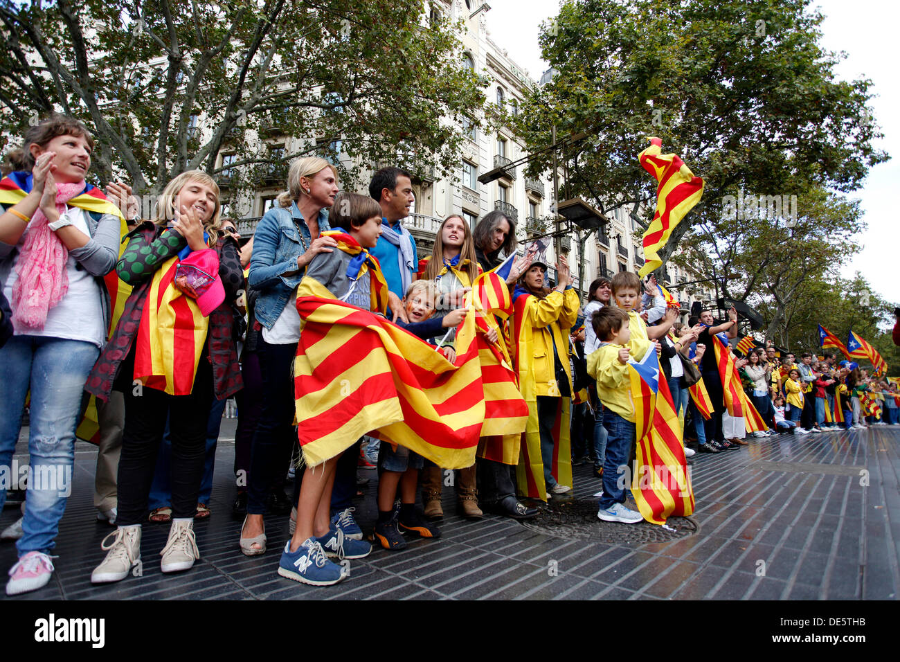 Barcelona, Spain. 11th September 2013. People form a human chain in Barcelona, Spain during The National Day of Catalonia on September 11, 2013 in Barcelona, Spain. The Spanish region of Catalonia has been celebrating its national day known as La Diada amid demonstrations and renewed calls for independence. In an attempt to muster support for secession hundreds of thousands of people have formed a 400km long human chain across the region to press for a vote on independence from Spain. © dpa picture alliance/Alamy Live News - Stock Image