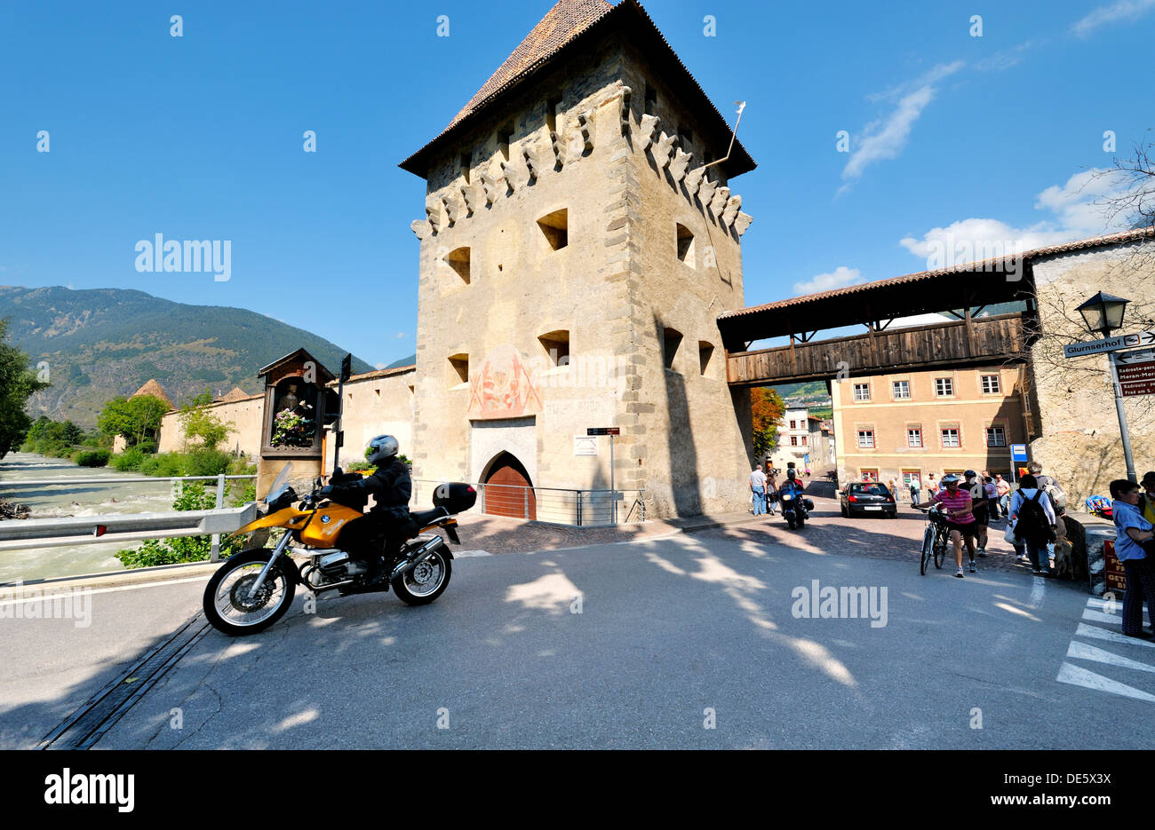 The southern gate into the Mediaeval walled town of Stadt Glurns in the Val Venosta, Italian Alps. Glorenza - Stock Image