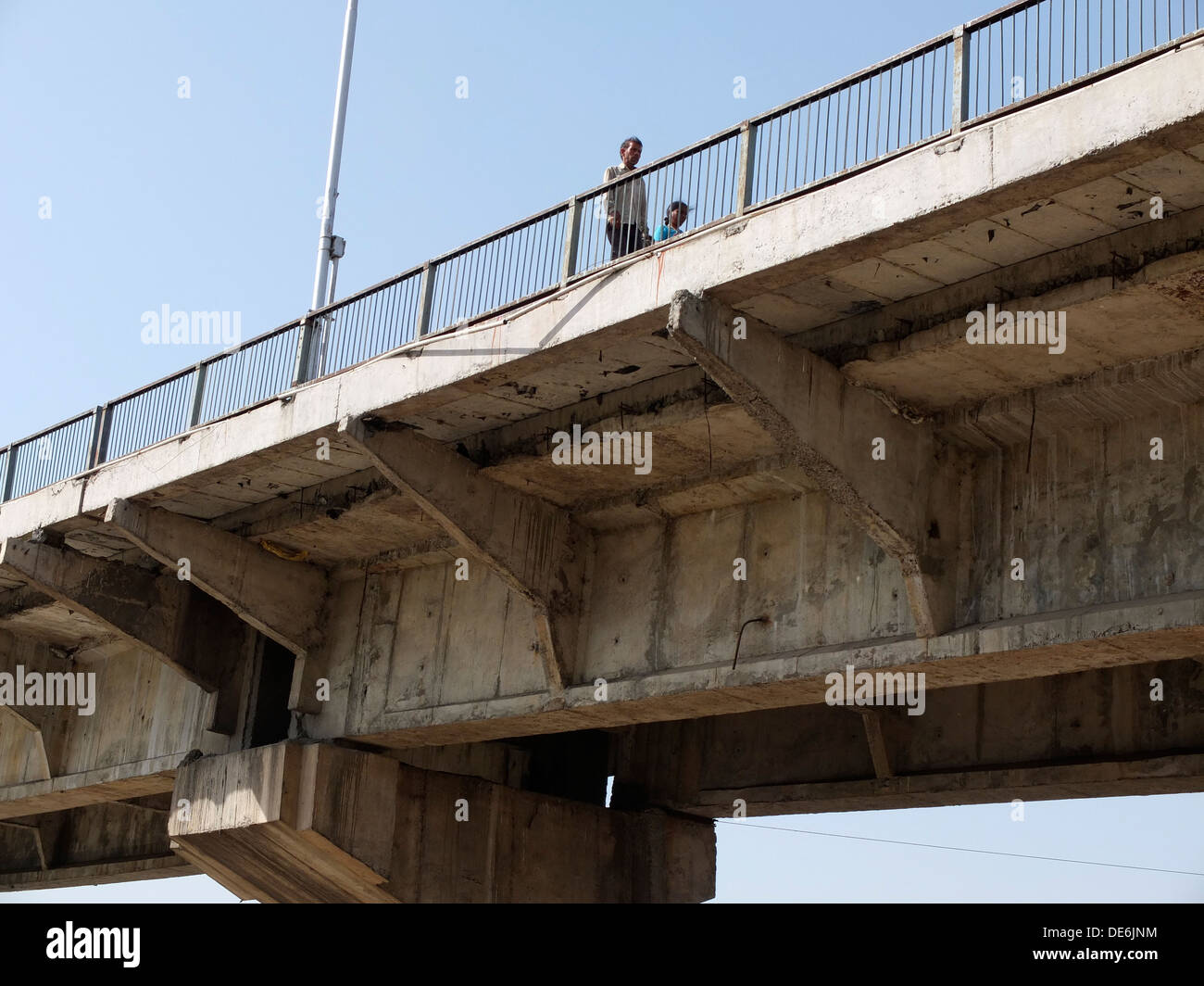 India, Uttar Pradesh, Agra, newly constructed bridge over Yamuna River showing shoddy construction quality - Stock Image