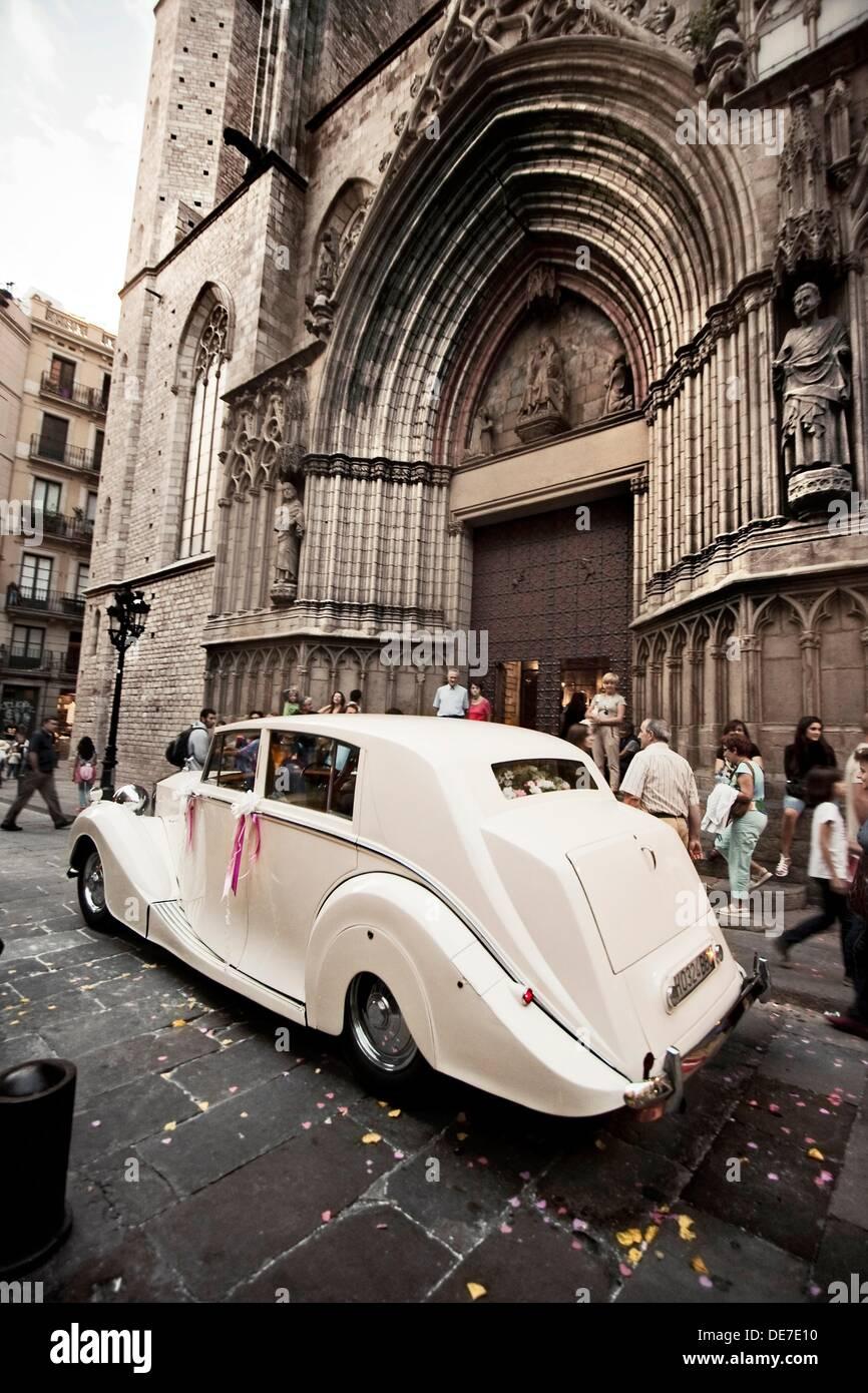 clasico coche de boda aparcado delante de la fachada de Santa Maria del Mar, Barcelona, Catalunya, Spain - Stock Image